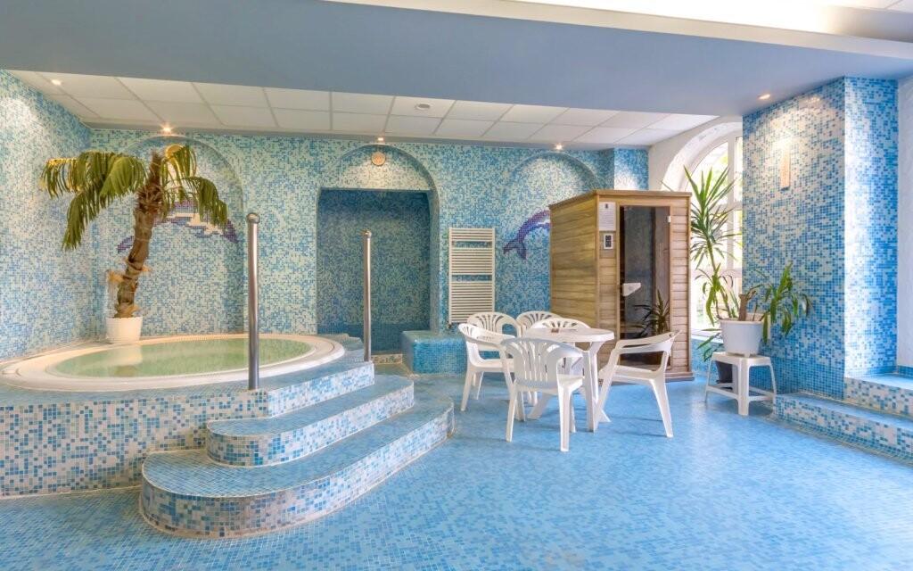 Přímo v hotelu je wellness s vířivkou a saunami