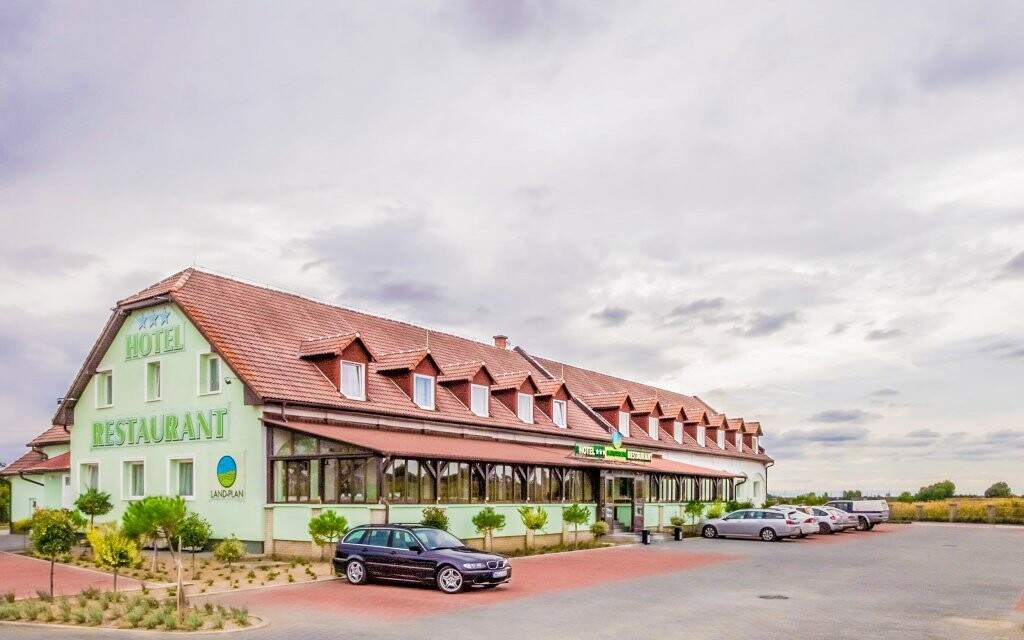 Land Plan Hotel *** leží jen 8 km od Györu