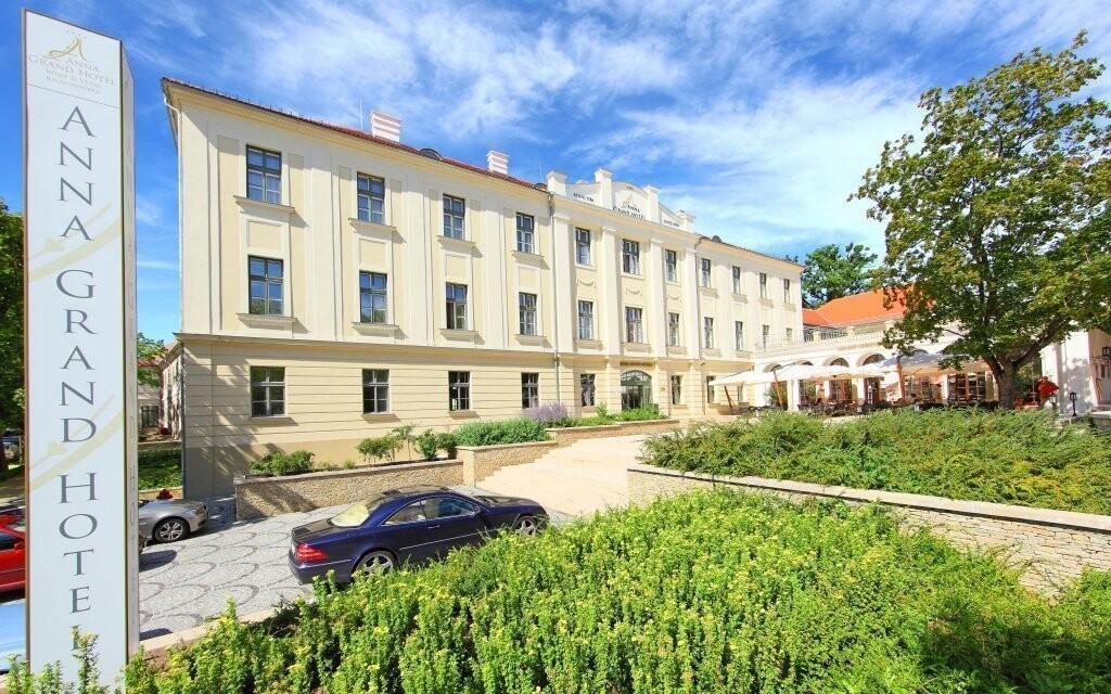 Hotel leží na severnom brehu jazera Balaton