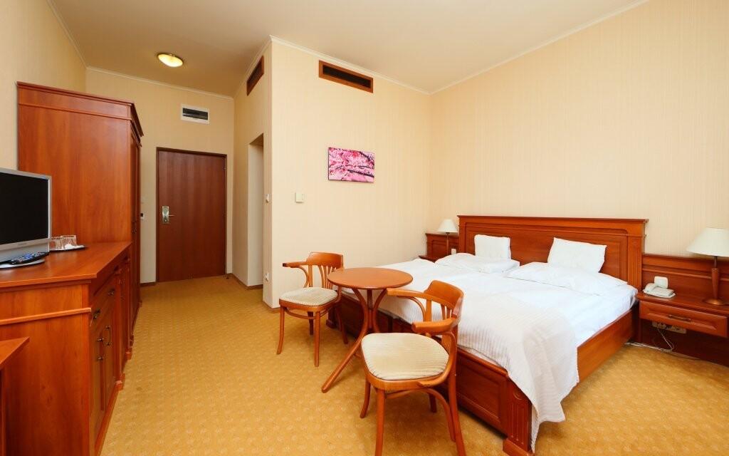 Izby hotela sú priestranné a svetlé