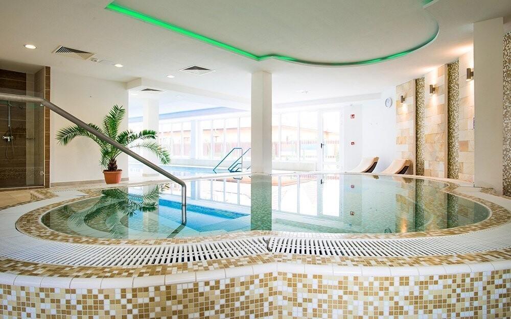 K dispozici je bazén, vířivka i sauny