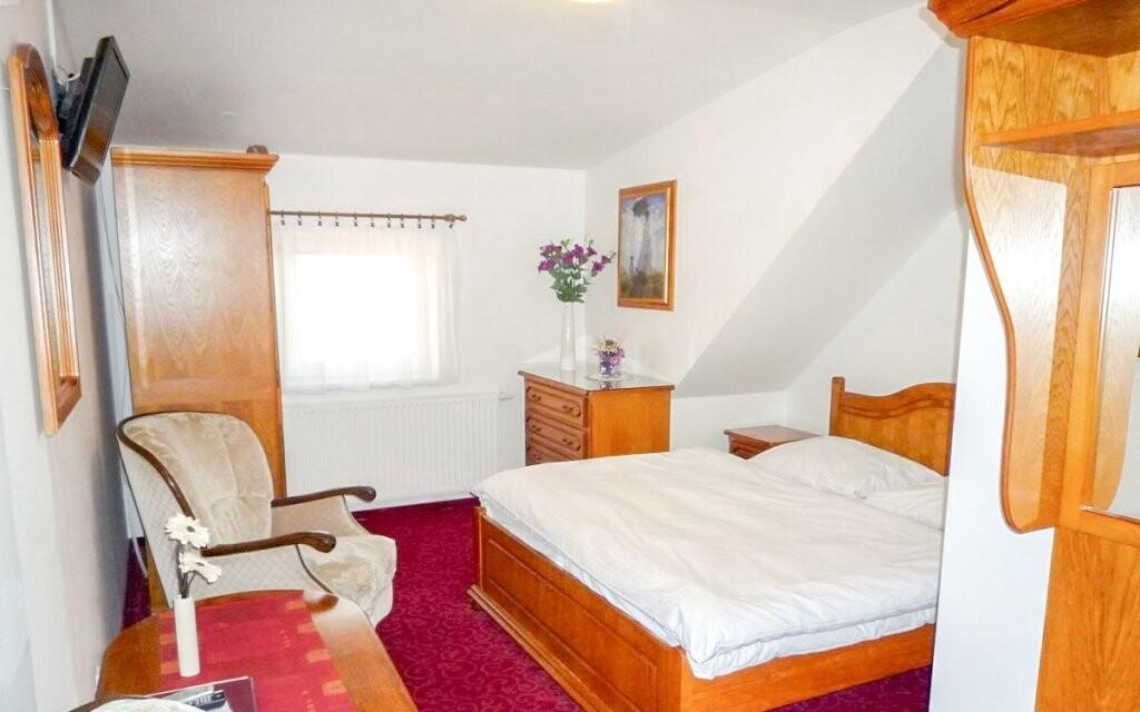 Súčasťou izby je tradičný nábytok