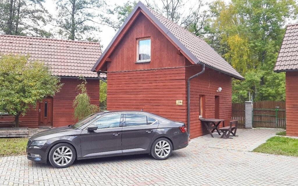 Parkovat můžete přímo u chaty