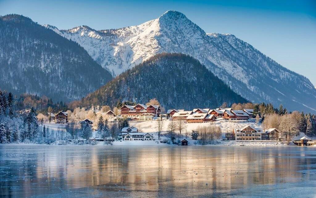 Hotel stojí v kopci přímo nad jezerem