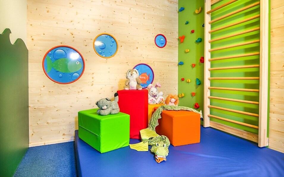 Deti sa zabavia vo veselej detskej herni