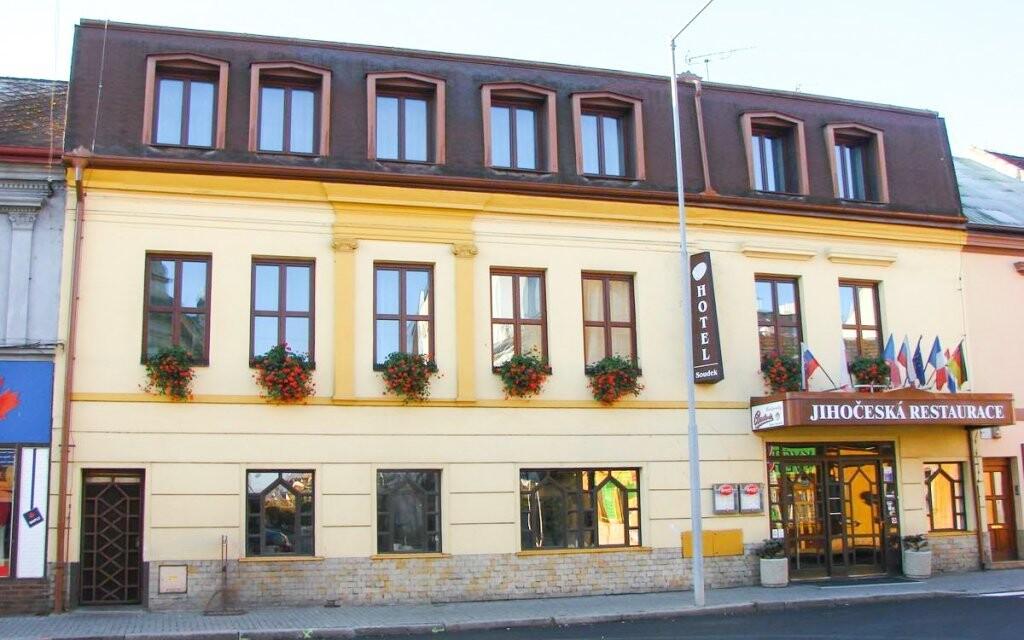 Ubytovaní budete v hoteli Soudek v centre Poděbrad
