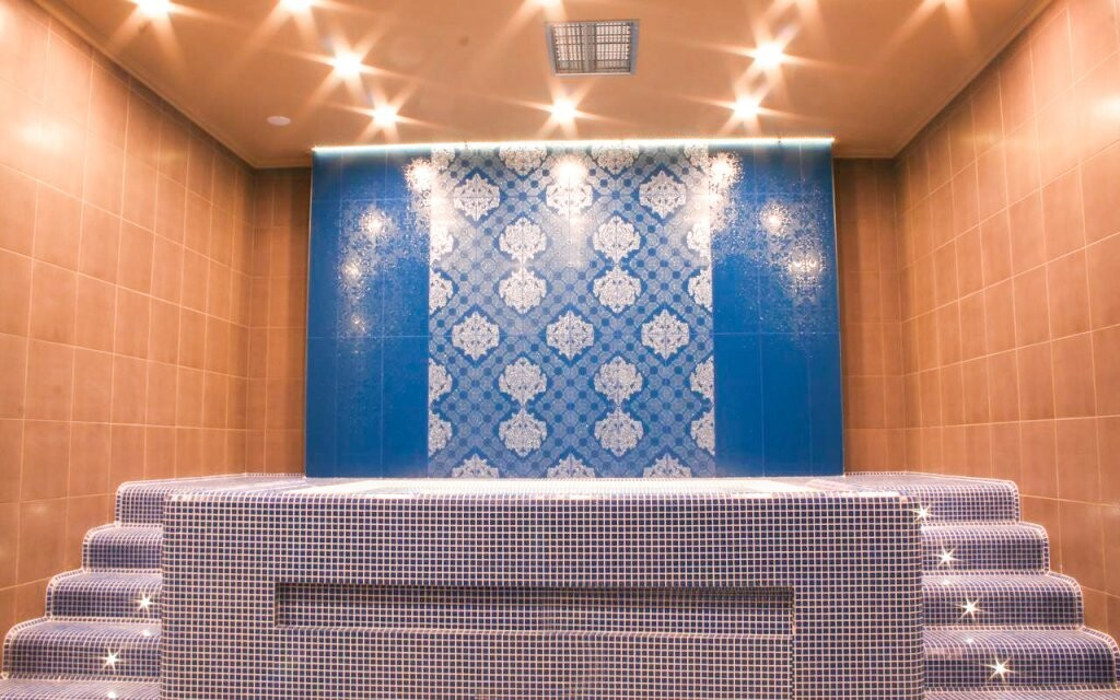 Kromě saun je k dispozici i tepidárium a vířivka
