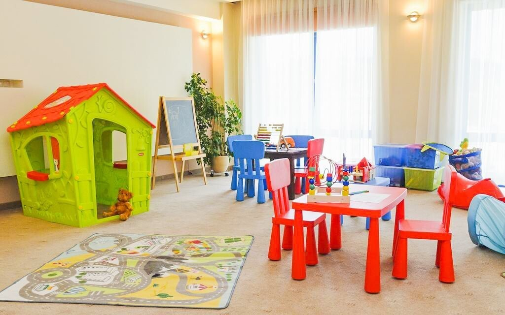 Deti sa môžu hrať v detskom kútiku
