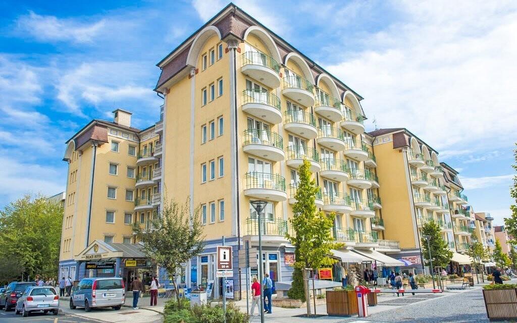 Hotel Palace**** leží v oblíbeném lázeňském městě Hévíz