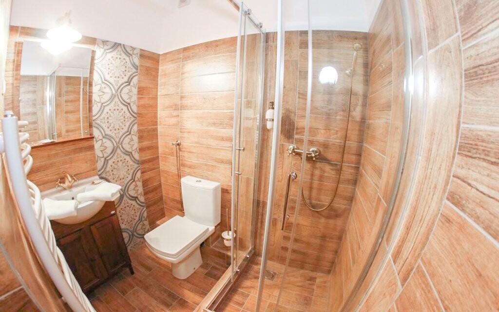 Ke každému pokoji patří i krásná koupelna