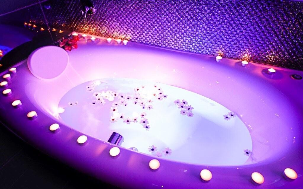 Vana na koupele svítí několika barvami
