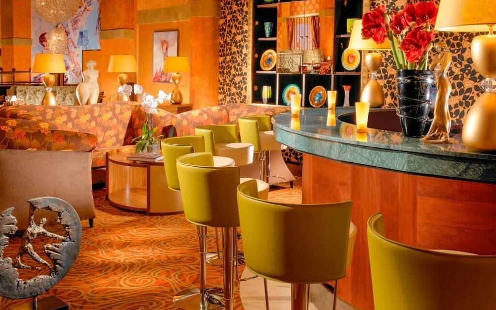 Stylový hotelový lobby bar