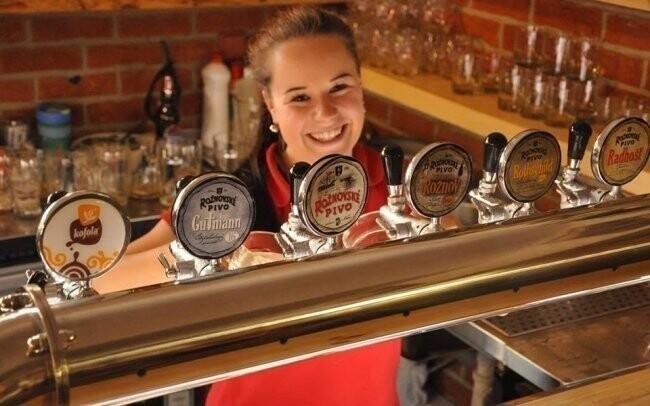Ochotný personál vám natočí dobré pivo