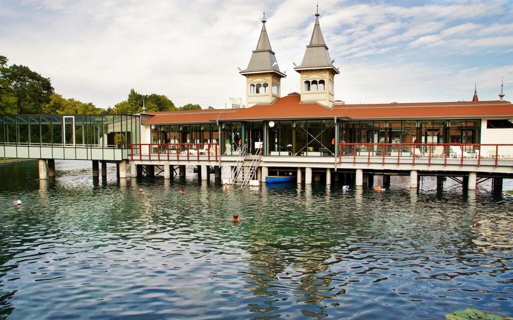 Užijte si pobyt u termálního jezera