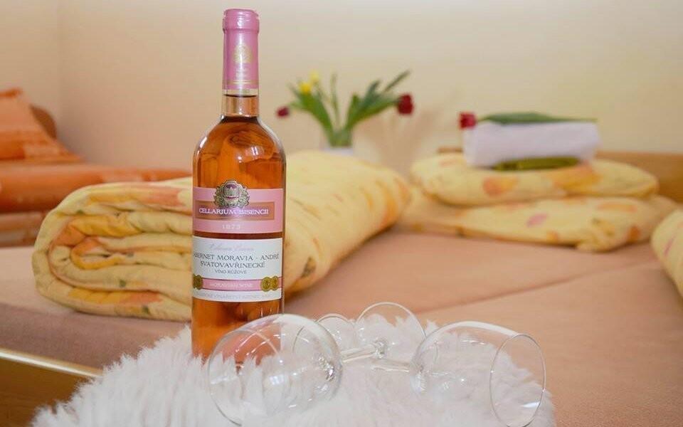 Na pokoji vás čeká láhev vína