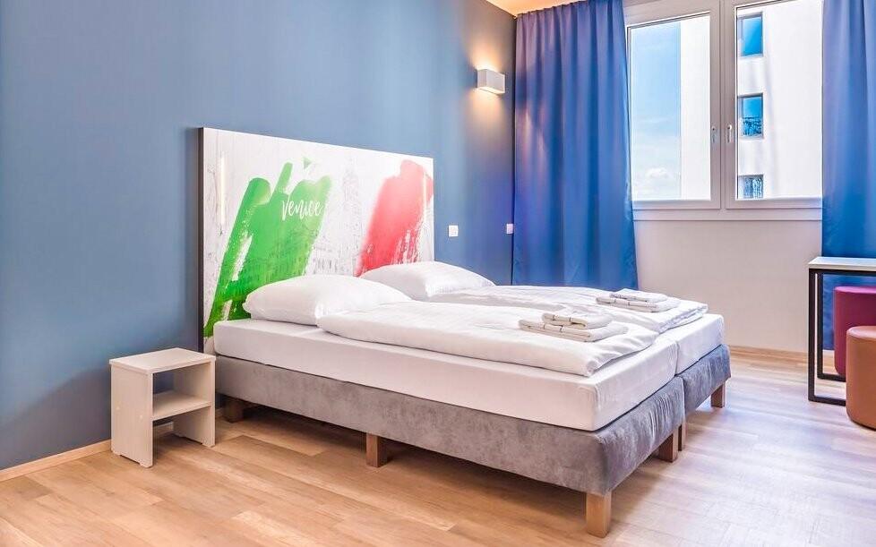Pokoje jsou moderní a hýří barvami