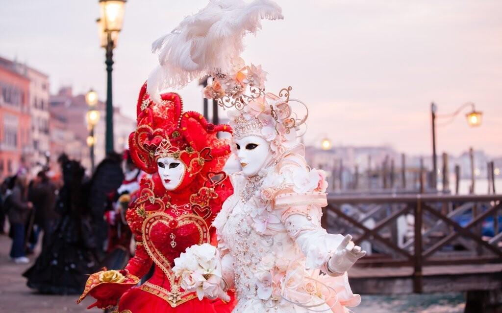 Benátky se každoročně proměňují v místo karnevalu