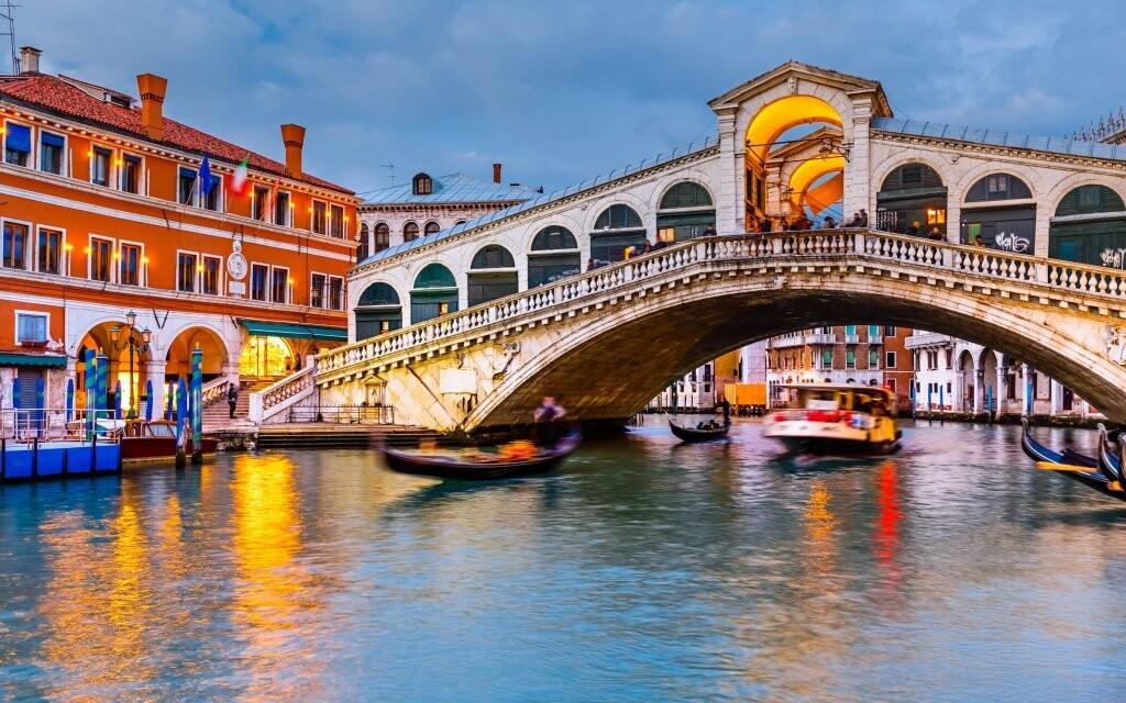Projděte se po slavném mostě nebo si vyjeďte gondolou