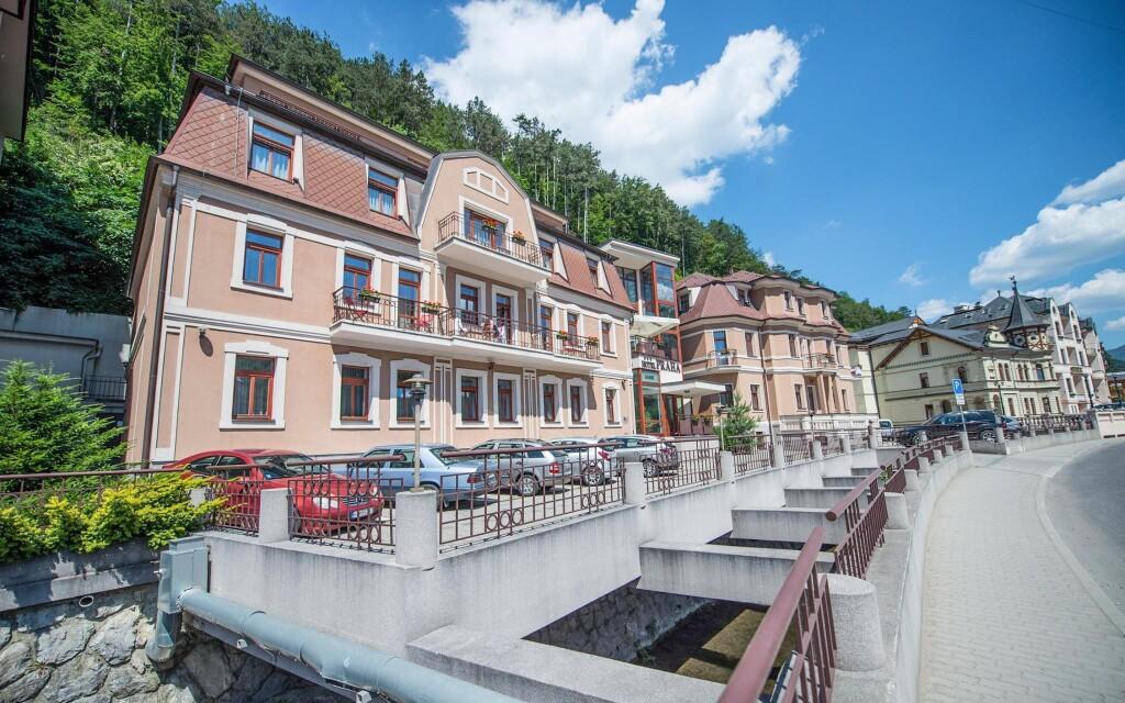 Garni hotel Praha leží v údolí v Trenčianskych Tepliciach