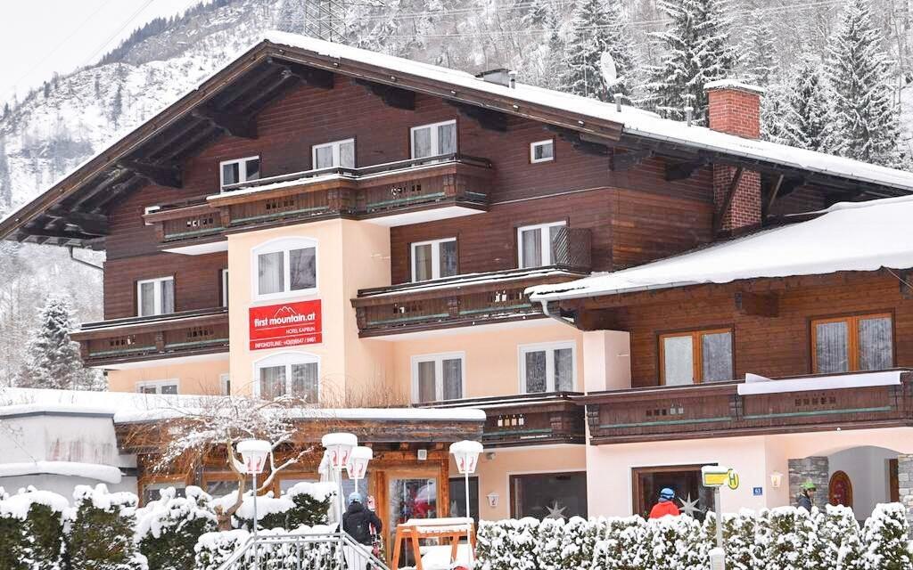 Hotel stojí jen 900 m od lanovky na ledovec