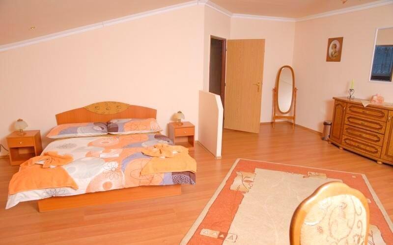 Ubytovaní budete v pohodlných dvojlôžkových izbách