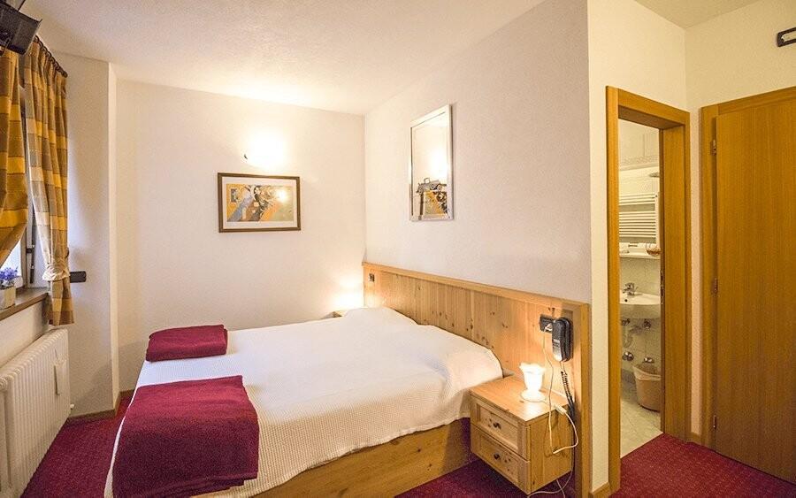 Pokoje jsou pohodlné a standardně vybavené