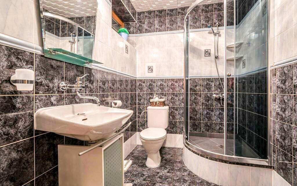 Súčasťou izby je moderná kúpeľňa
