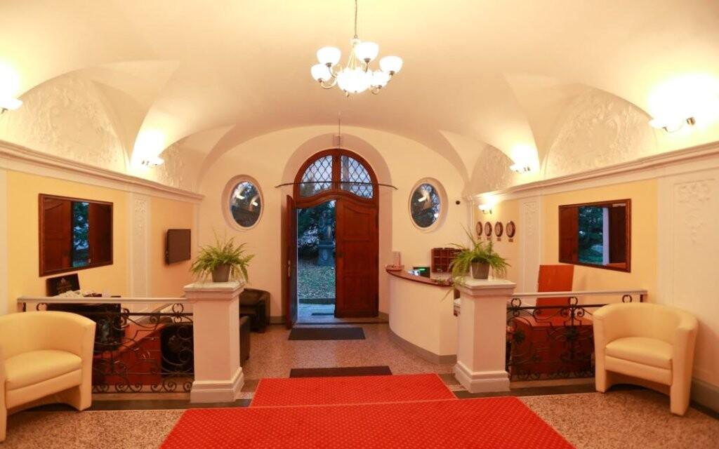 Hotel prekvapí úchvatnými neogotickými interiérmi