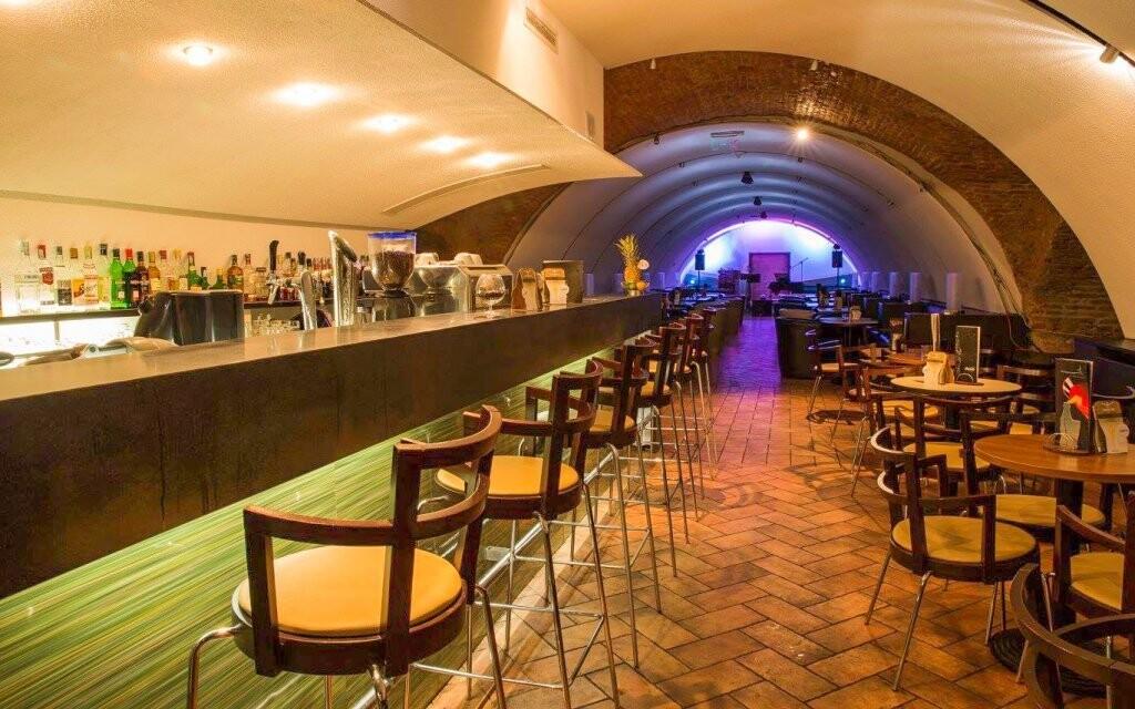 Na drink si zajděte do baru