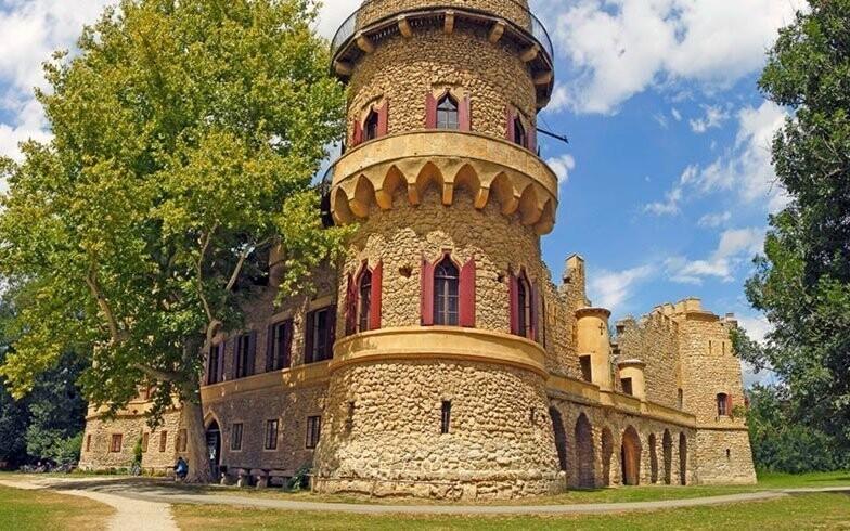 K zaujímavostiam v okolí patrí Janův hrad