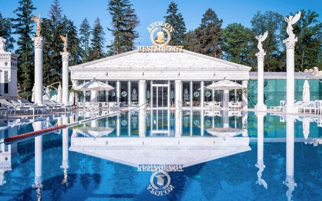 Lázně v antickém stylu lákají na vyhřívané venkovní bazény
