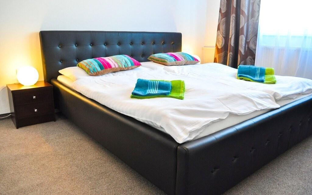 Útulně zařízené pokoje mají možnost přistýlky