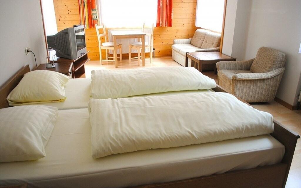 Dvojlôžkové izby sú príjemne zariadené