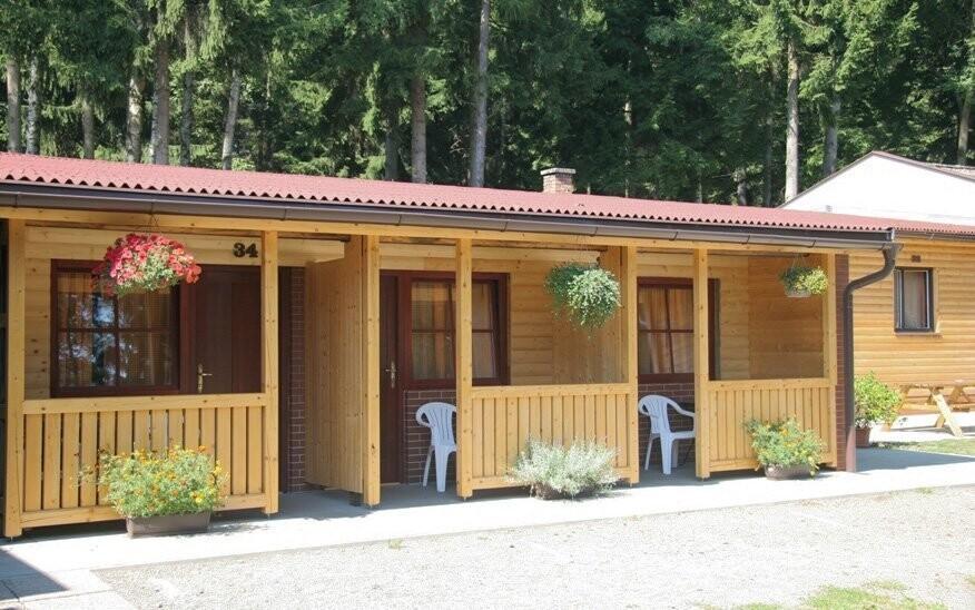 Posedět si můžete také přímo před bungalovem