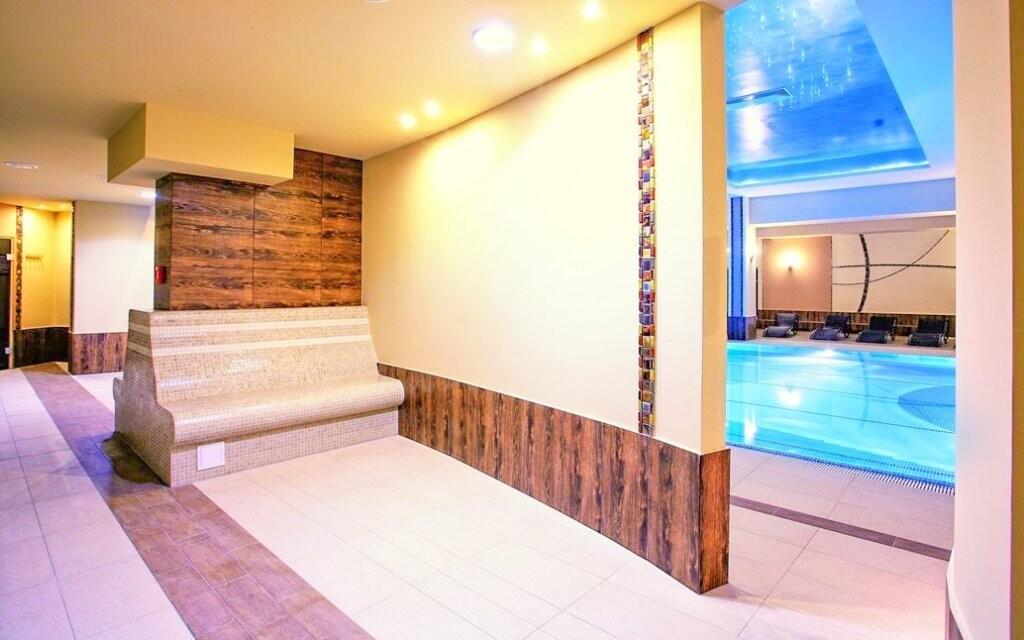 Relaxační zóna u bazénu