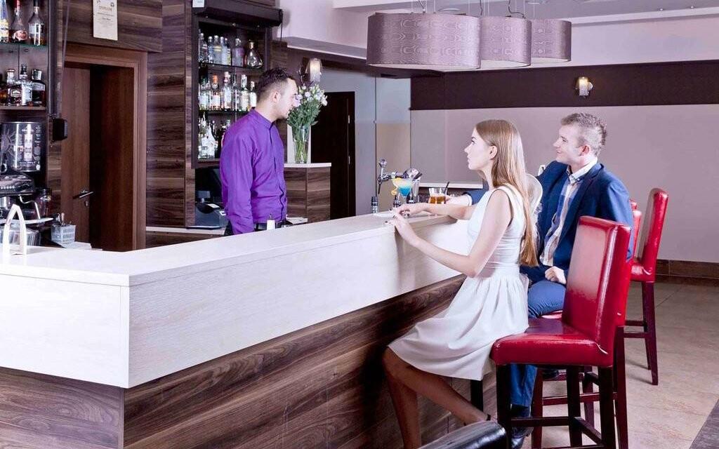 Dejte si některý z mnoha drinků na baru