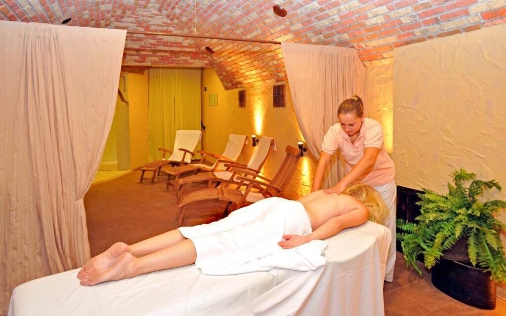 Odpočiňte si na lehátkách nebo při masáži