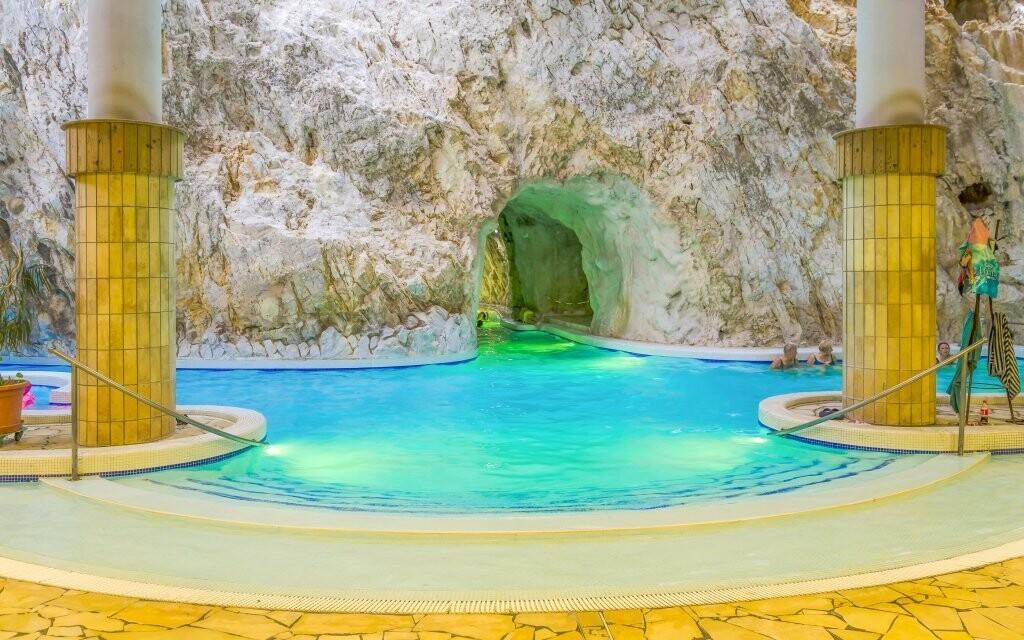 Hotel je len pár krokov od jaskynných kúpeľov