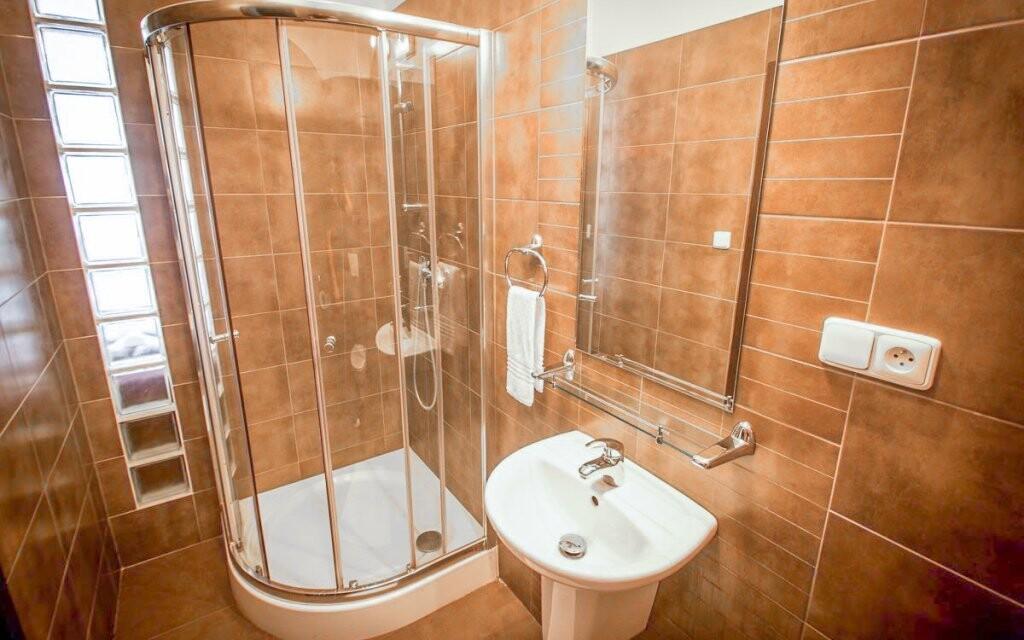 Každý pokoj je vybavený koupelnou