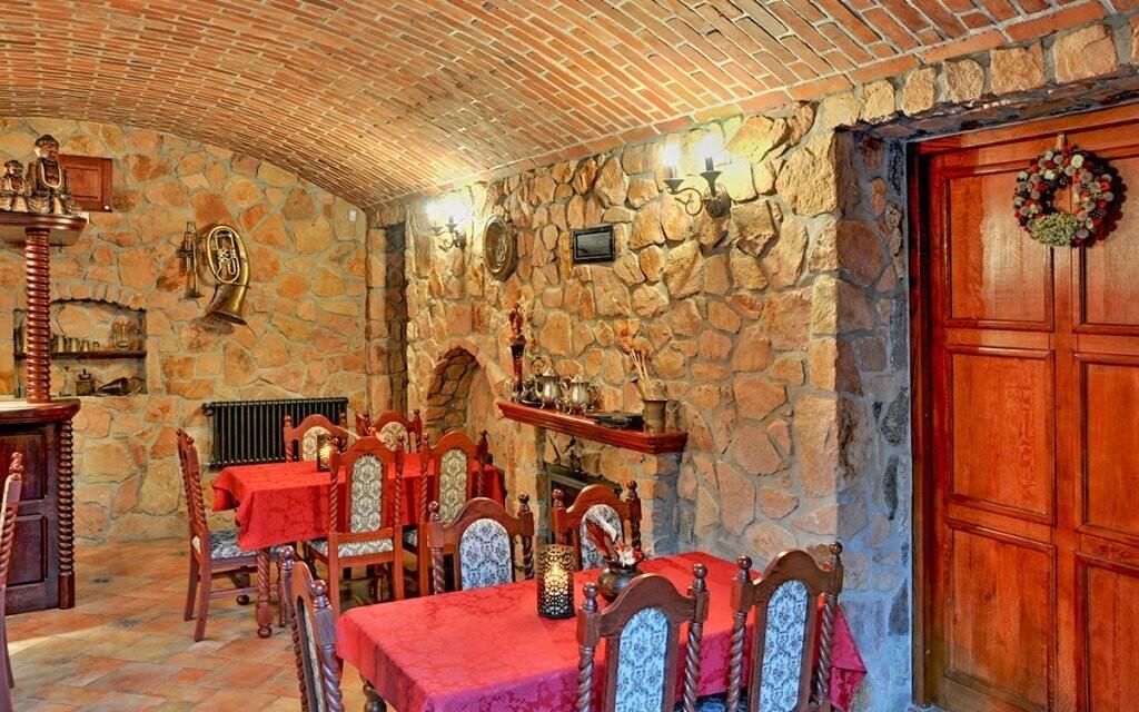 Večer si môžete posedieť v zámockej vinárni