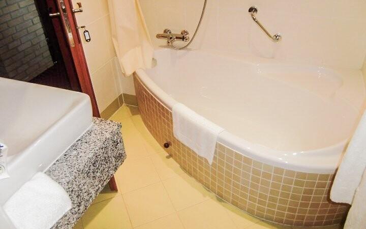 Samozřejmostí je vlastní koupelna s vanou nebo sprchou