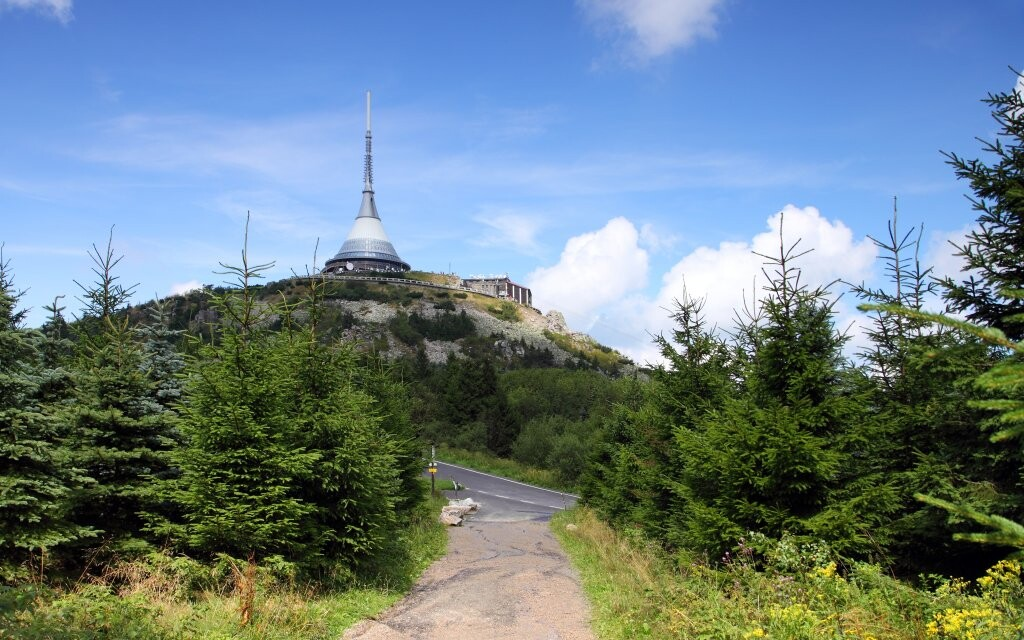 Rozhľadňa a vysielač Ještěd, dominanta mesta Liberec