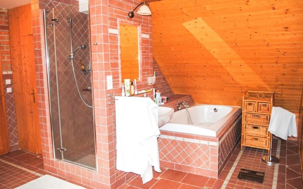Chalupa má dvě krásné koupelny