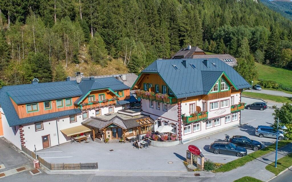 Hotel Gell se nachází uprostřed hor ve výšce 1 000 m n.m.