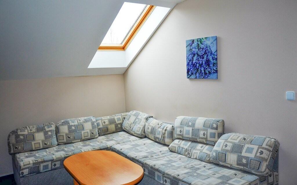 Pokoje jsou pohodlně zařízené