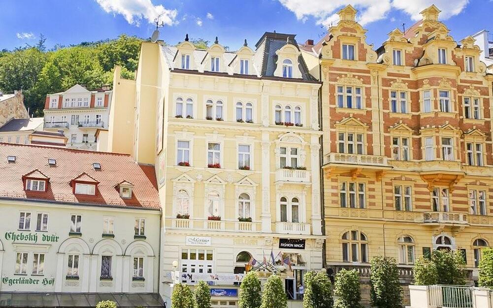 Hotel leží priamo v srdci Karlových Varov