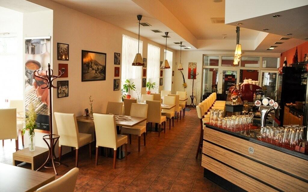 Na polopenzi si pochutnáte ve stylové restauraci