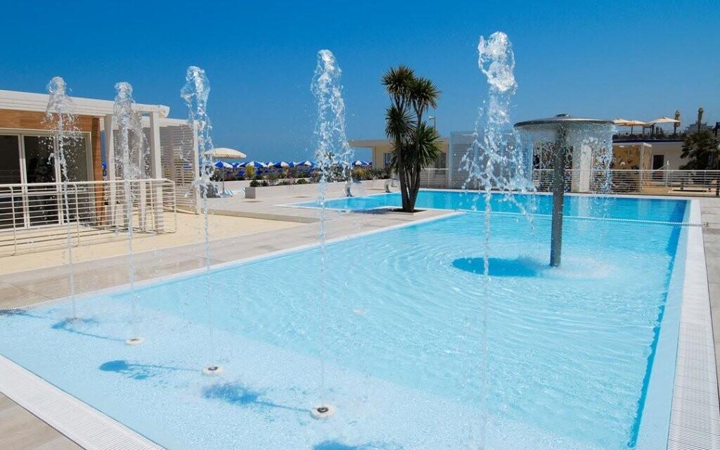 Na pláži si můžete připlatit vstup do bazénu