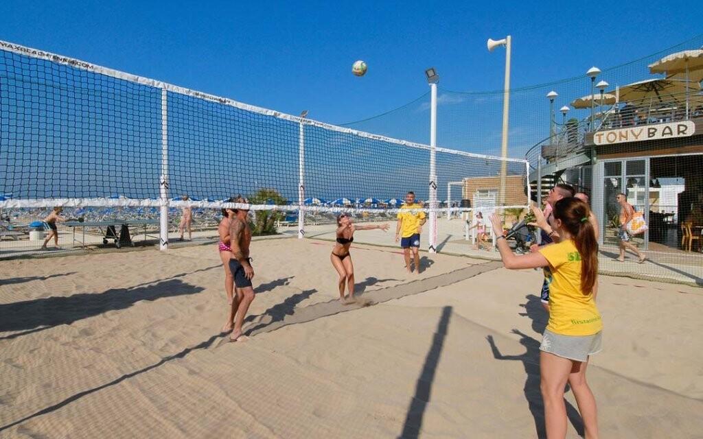 Na pláži si můžete zahrát volejbal