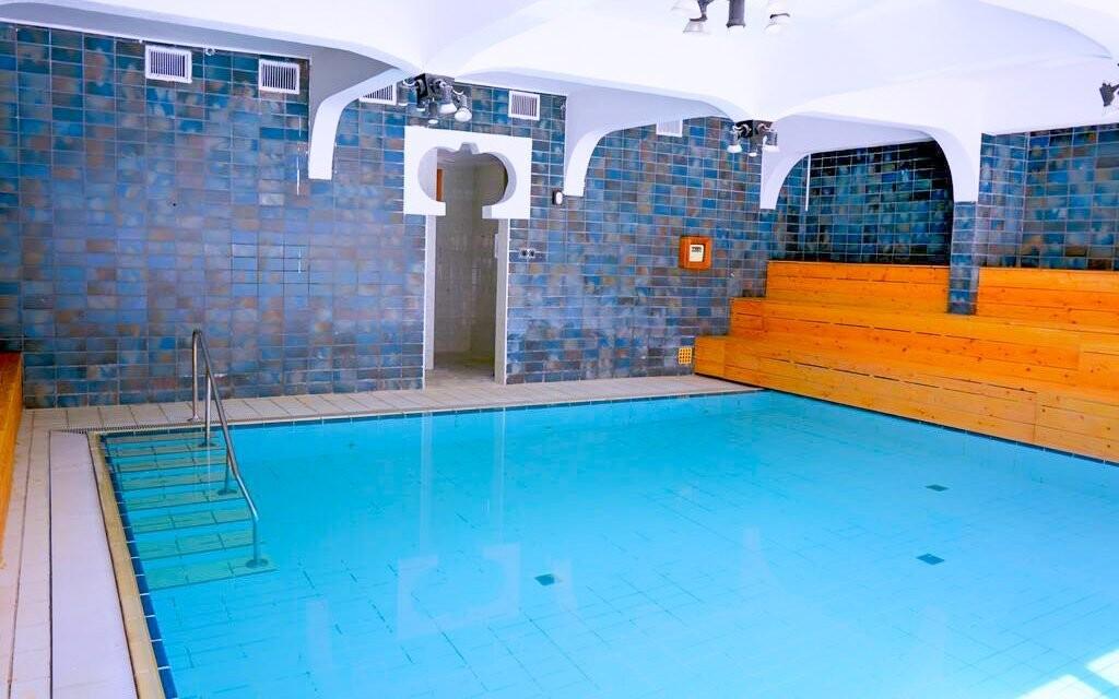V cene máte vstup do kúpeľného domu, kde nájdete aj bazén